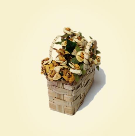 Cestino in legno di castagno con rose in buccia di bergamotto
